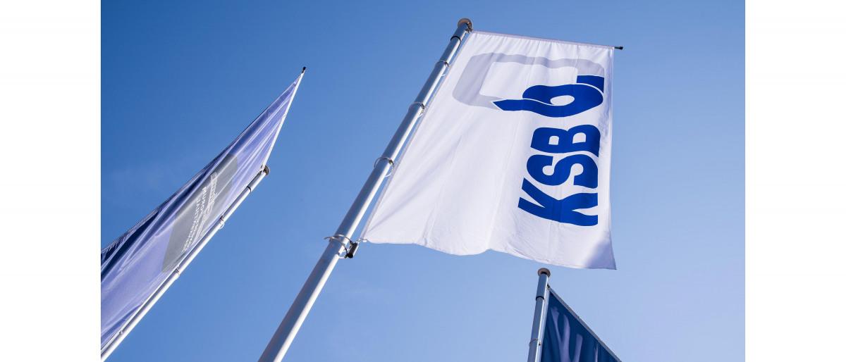 Drapeaux KSB devant un ciel bleu