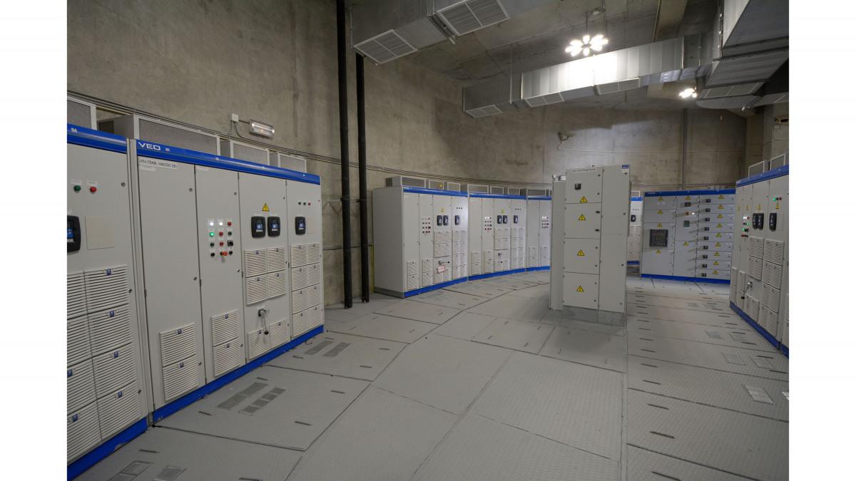 Salle de contrôle avec armoires de commande
