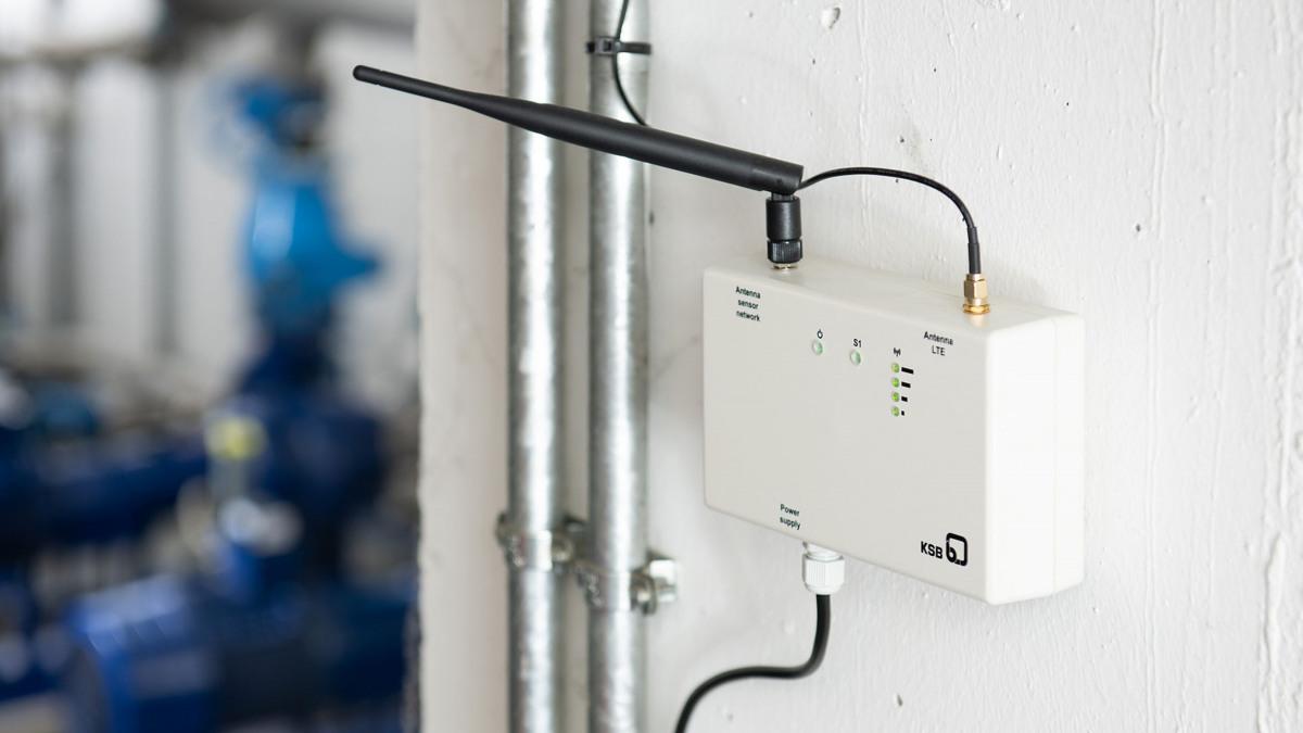 Passerelle pour la couverture du réseau mobile, tuyauteries et pompes en arrière-plan