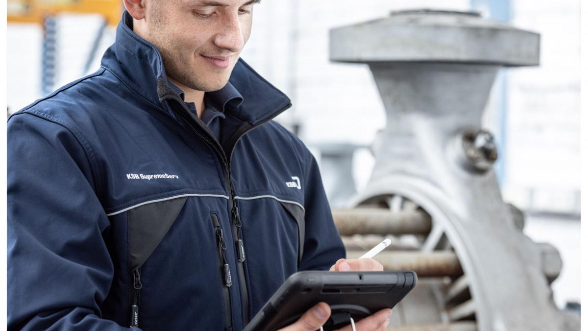 Addetto al servizio assistenza KSB documenta le fasi di riparazione di una pompa