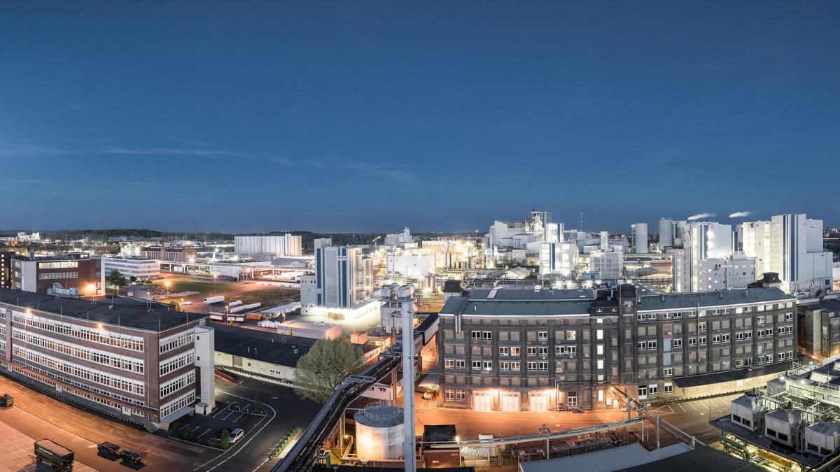 Sito del parco industriale Kalle-Albert di notte