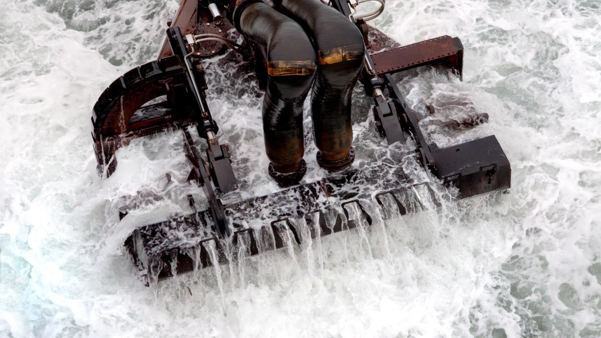 Baggerschaufel beim Einsatz im Meer