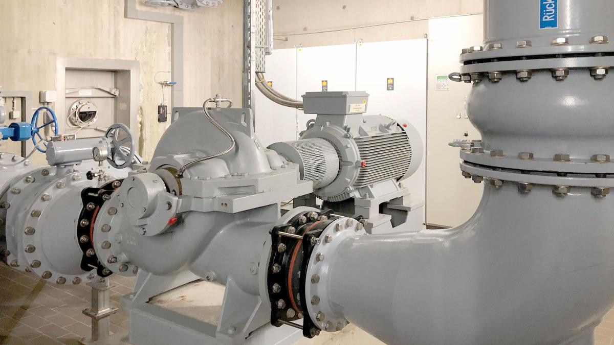 Graue Omega-Pumpe mit Rohren in der Trinkwasseraufbereitungsanlage