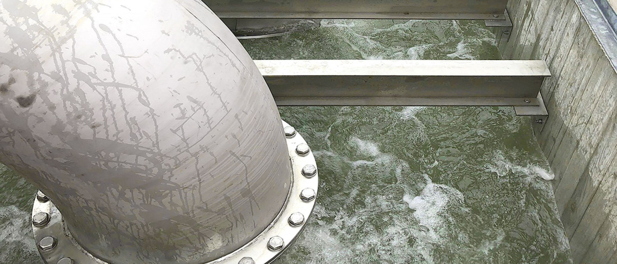 Blick in Wasserablaufbecken, sprudelndes Regenwasser