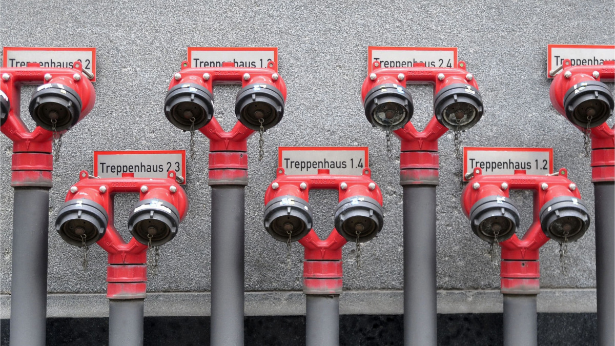 Six water connections for fire-fighting water
