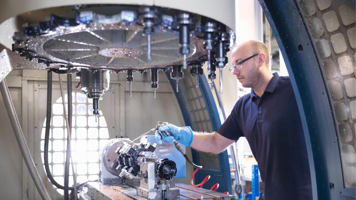 KSB-työntekijä valmistelee pumppua koneenrakennukseen