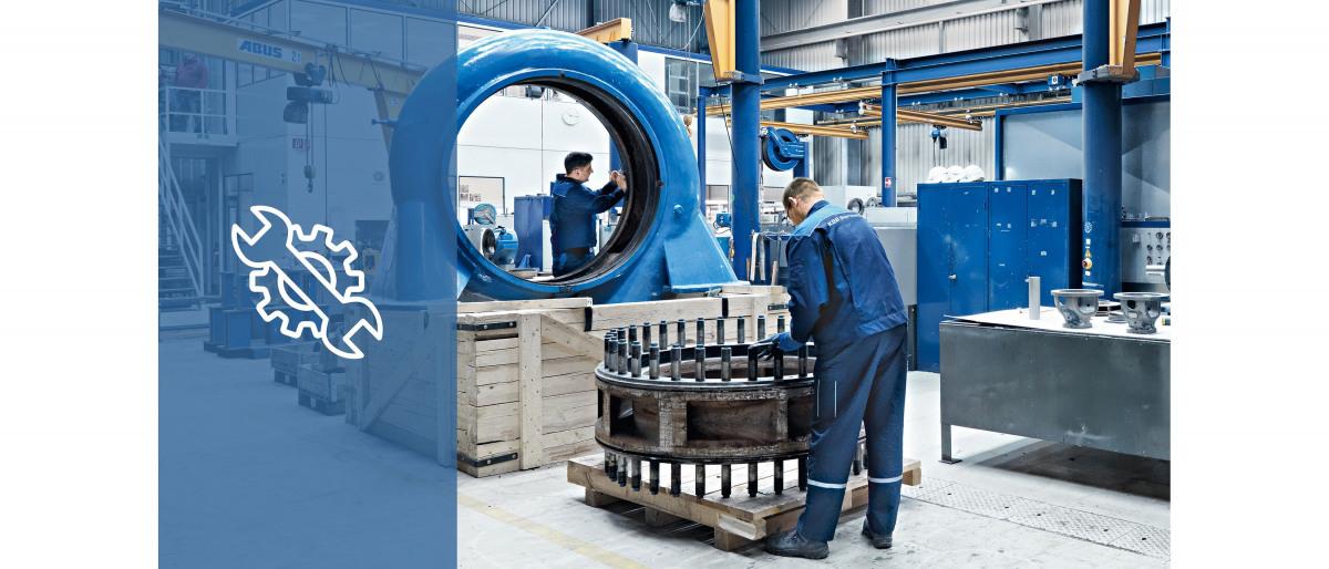 Kaksi KSB-huoltotyöntekijää työskentelemässä ja korjaamassa pumpun osia KSB-huoltoliikkeessä
