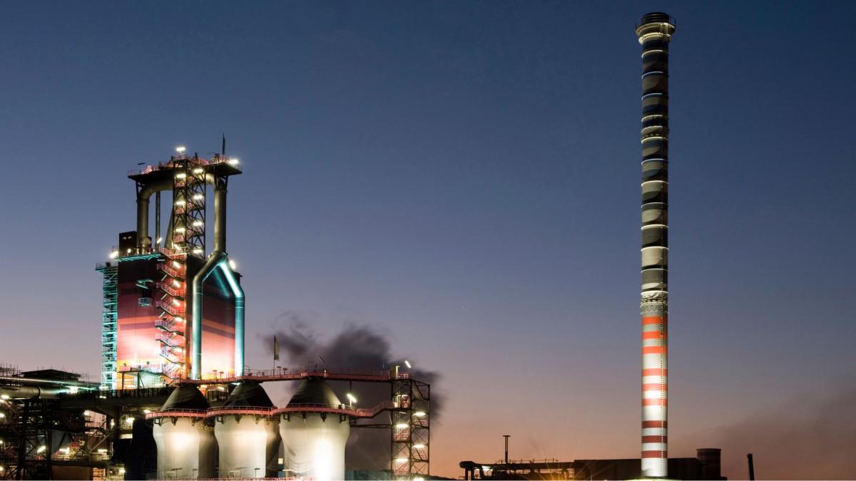 Industrijski par v večernem mraku