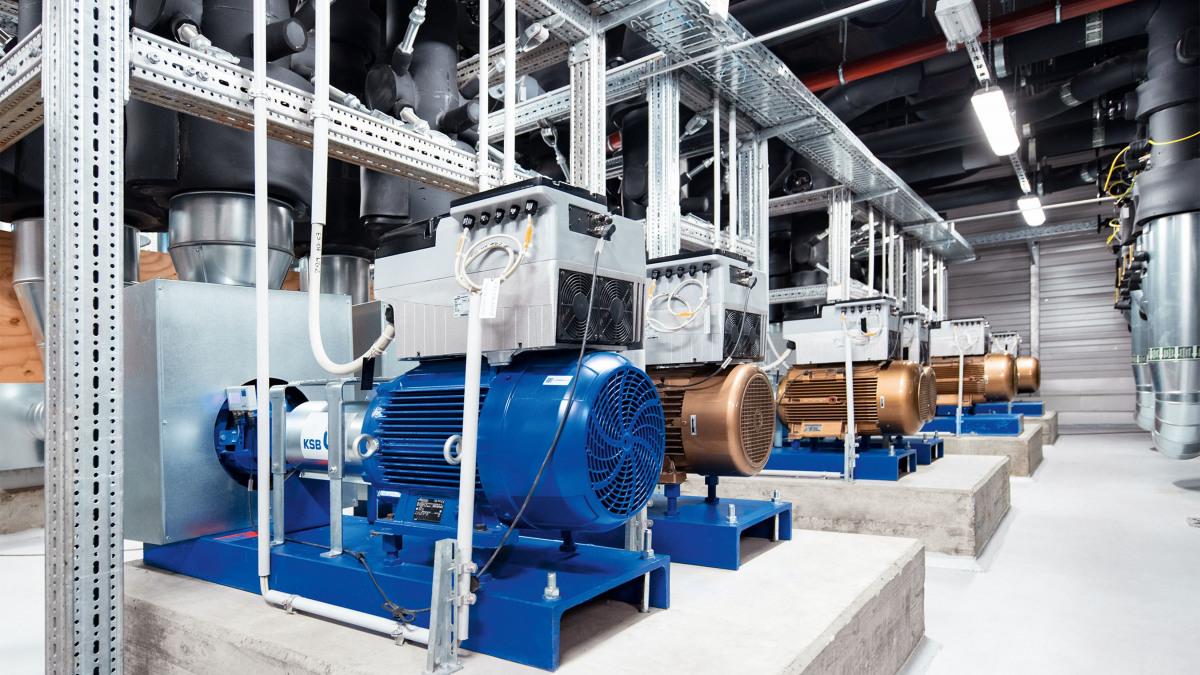 Mehrere Etanorm-Pumpen mit PumpDrive2, Rohre, Aufhängungen in der Heizungszentrale