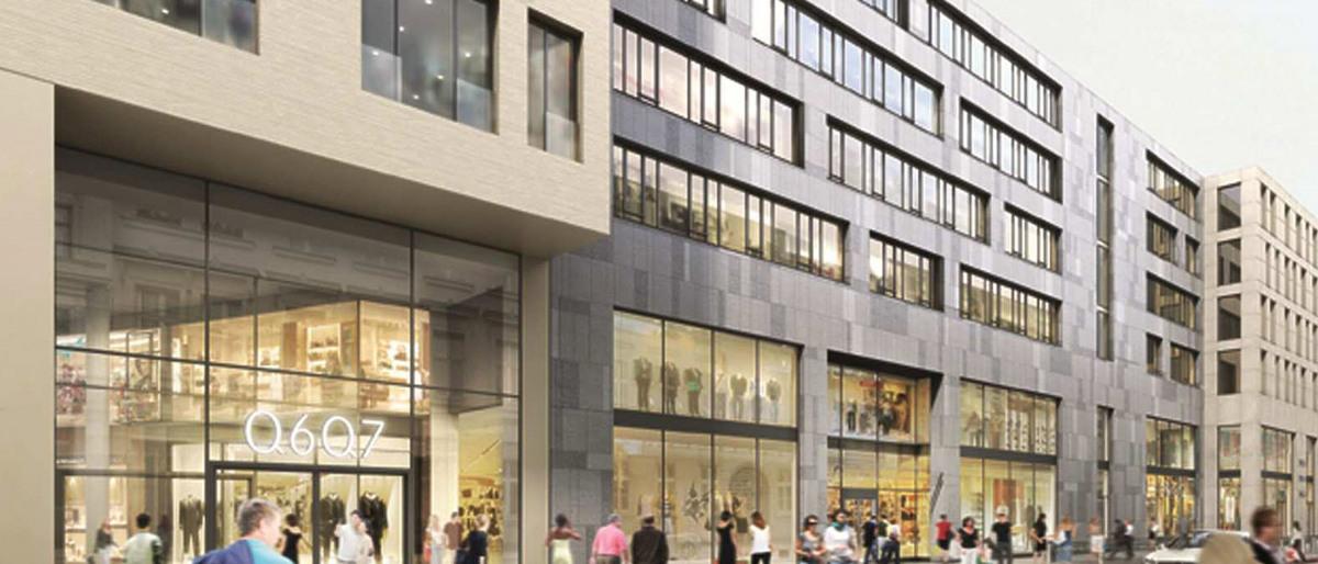 Fassade des Stadtquartiers Q6Q7 in Mannheim von der Straße aus gesehen