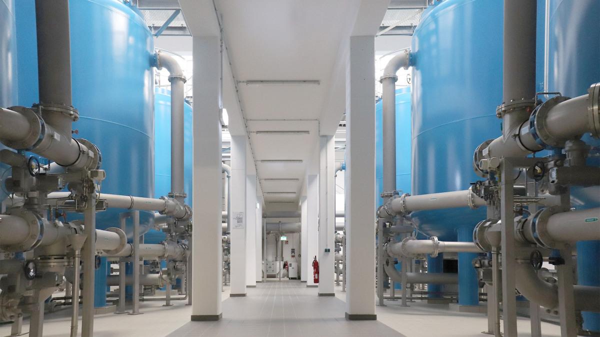 Maschinenhalle des Wasserwerks Spitzmühle mit Filterkesseln und Rohren
