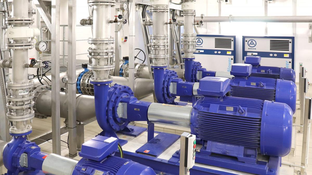 Etanorm-Pumpen, Rohre und Armaturen in der Maschinenhalle des Wasserwerks Spitzmühle