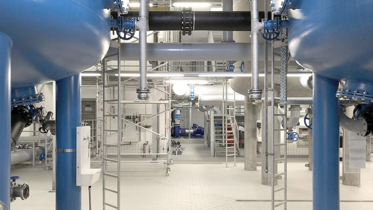 """Filterkessel, Rohre und Armaturen im Funktionsgebäude des zentralen Wasserwerks """"Krug von Nidda"""""""