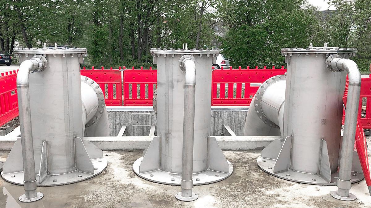 Wasserablaufbecken im Hintergrund, davor Rohrschächte zu den Pumpen