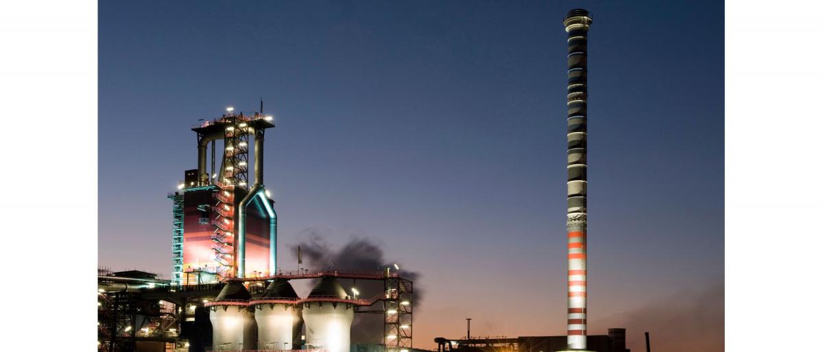Industriepark in de avondschemering