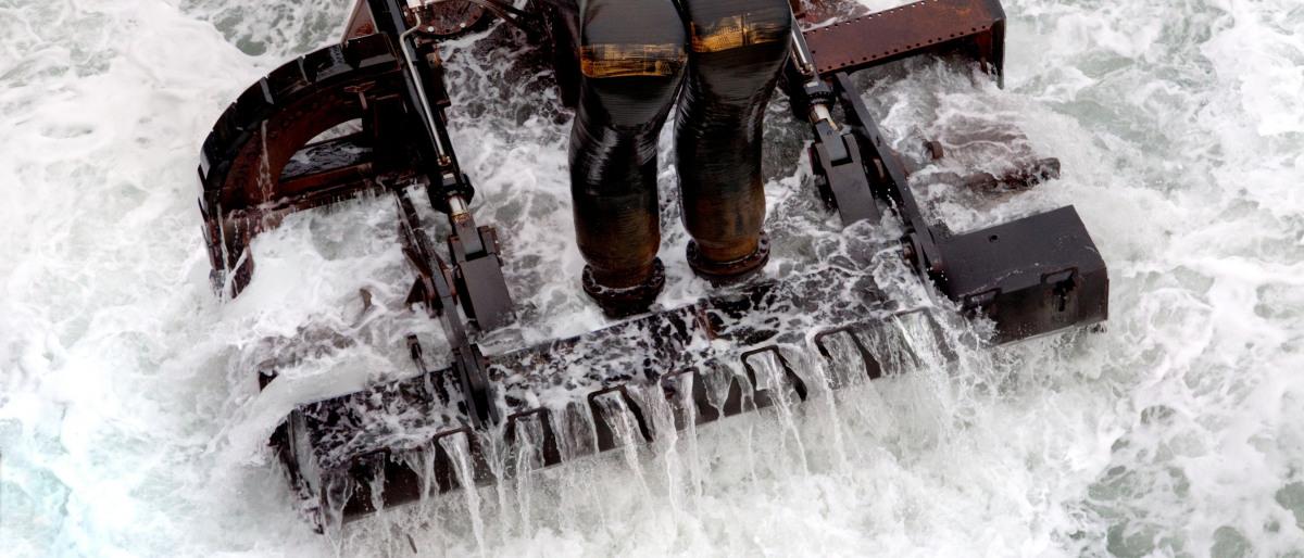 Baggerbak voor werkzaamheden in zee