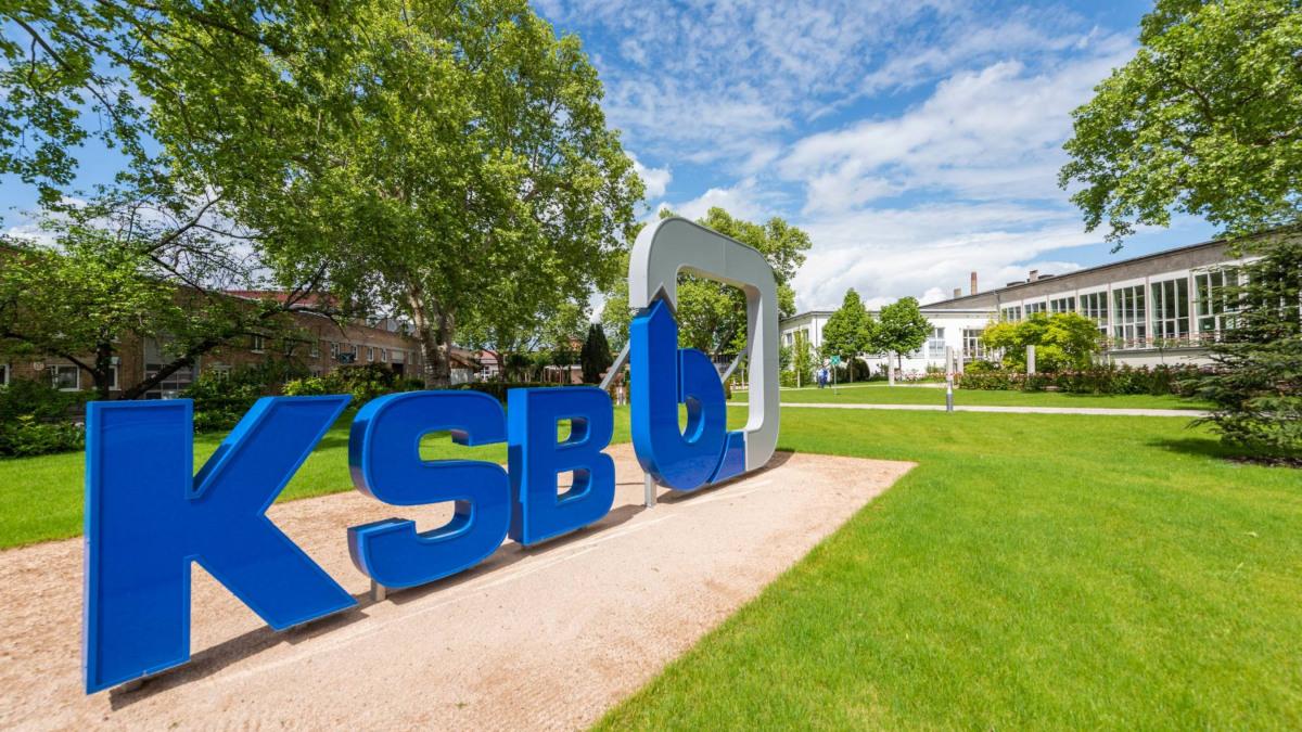 KSB Logo auf Grünfläche
