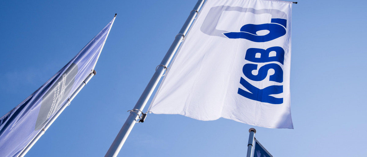 KSB-flaggor mot blå himmel