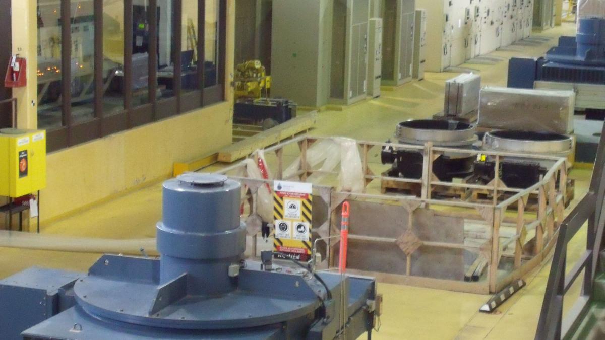 Les moteurs et unités de commande sont installés au dernier étage de la galerie de pompes de trois étages.