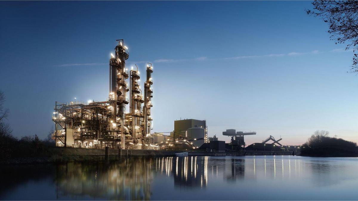 Chemische fabriek bij schemering