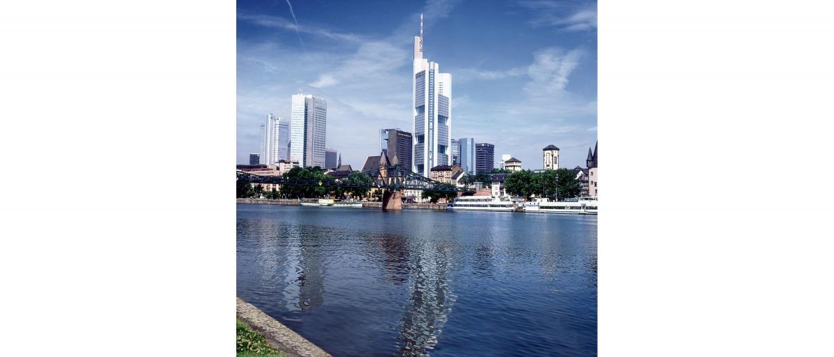 Skyline van een stad aan een rivier