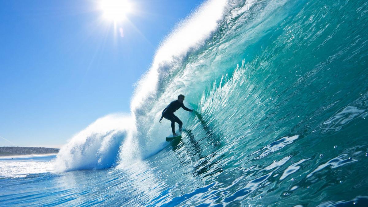 Wellenreiter auf großer Welle