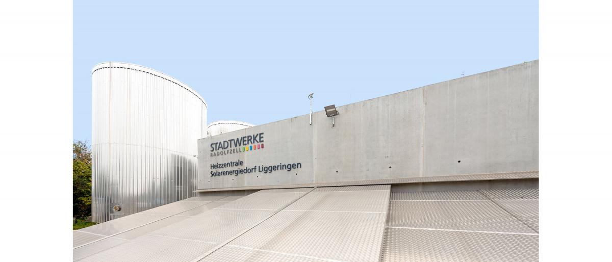 Gebäude der Heizzentrale des Solarenergiedorfs Liggeringen von außen