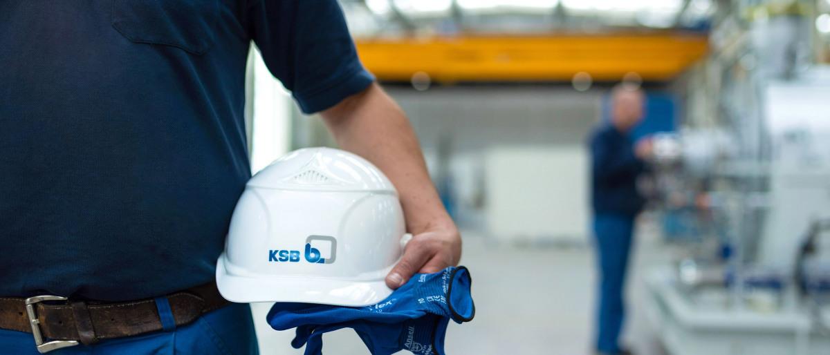 KSB-medarbetare håller i hjälm och handske