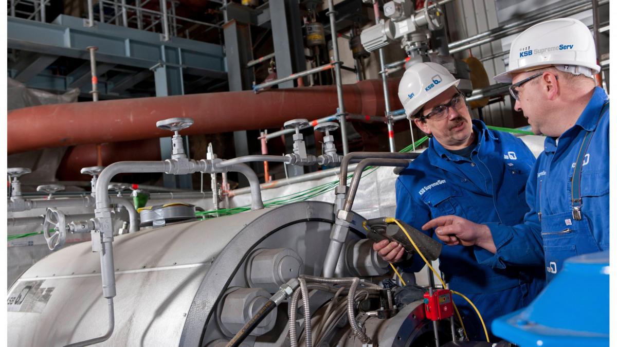 Dva servisní montéři při vyrovnávání čerpadla amotoru
