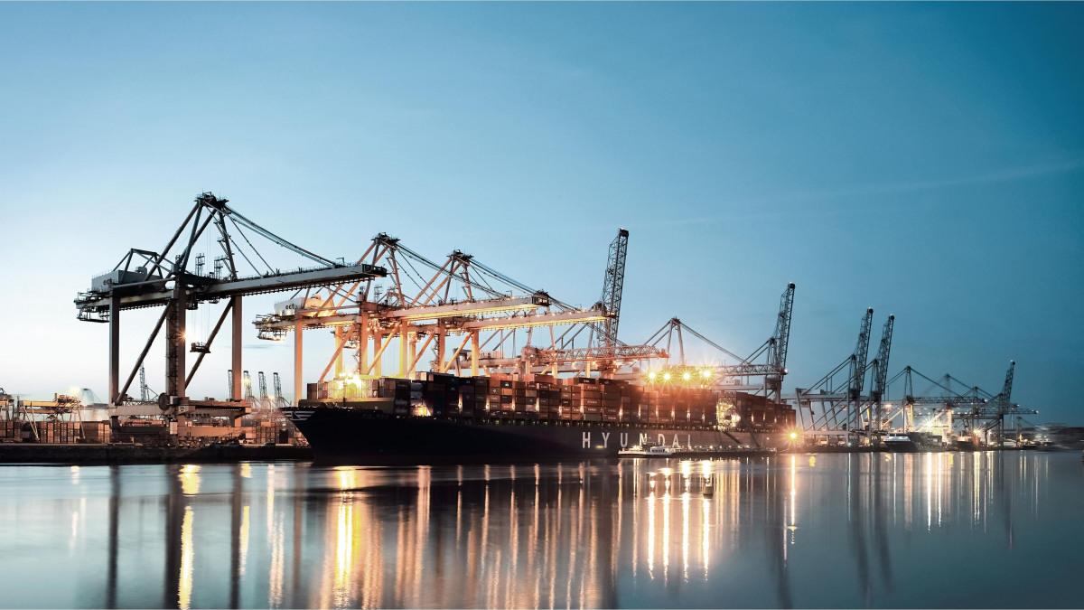 Cargo dans un port