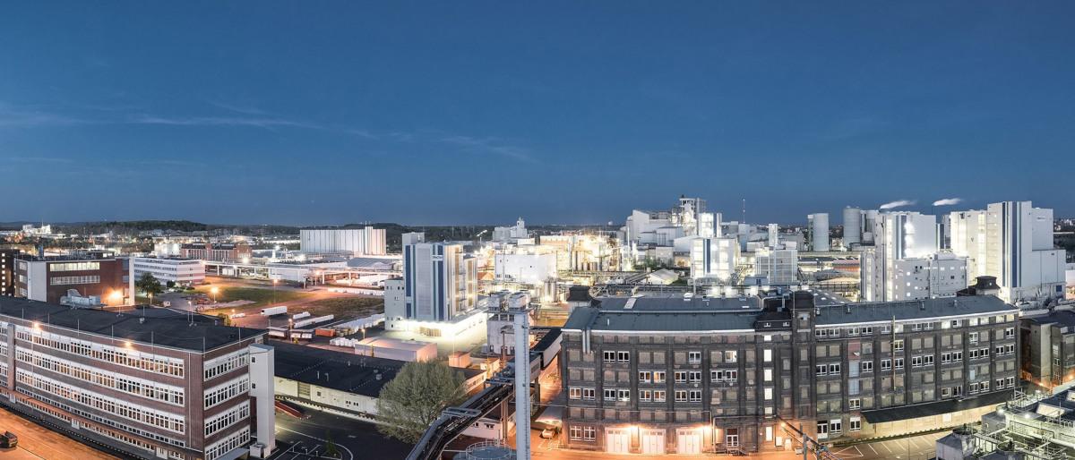 Le parc industriel Kalle-Albert de nuit