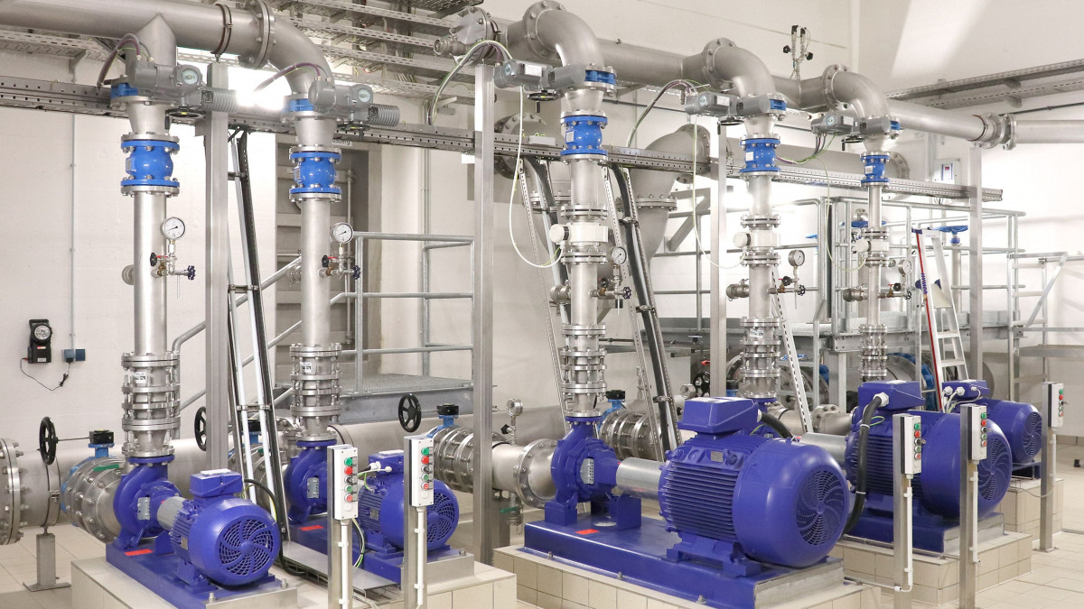 Etanorm pumps, pipes and valves in the machine hall of the Spitzmühle waterworks