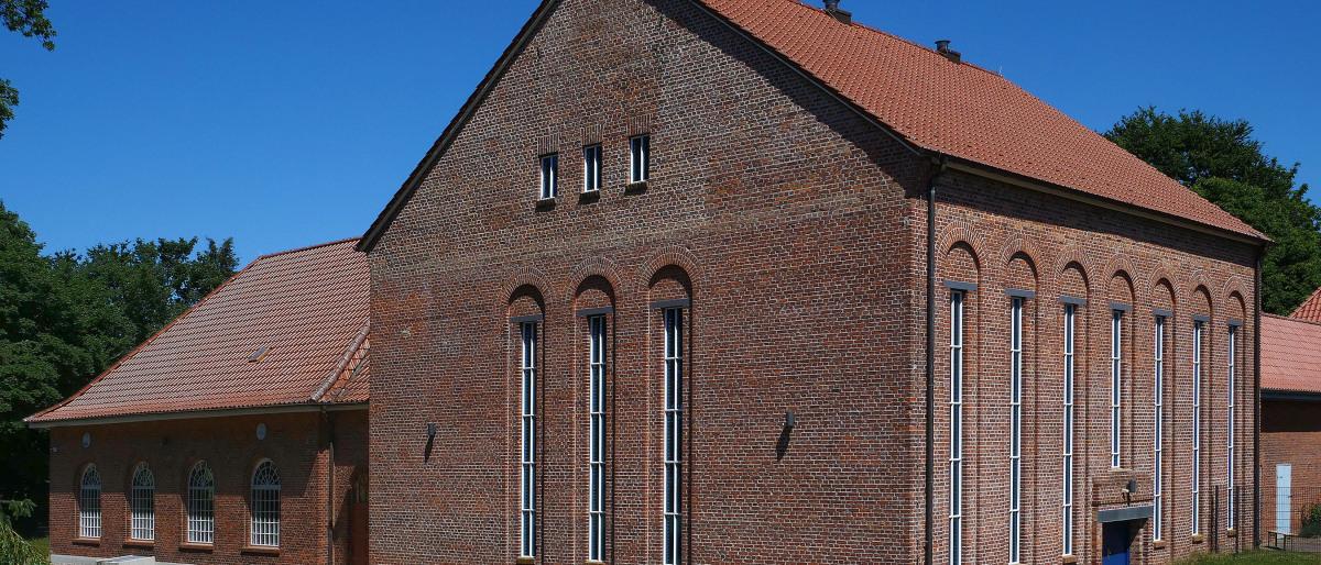 Das unter Denkmalschutz stehende Backsteingebäude des Wasserwerks Groß Schönwalde von außen