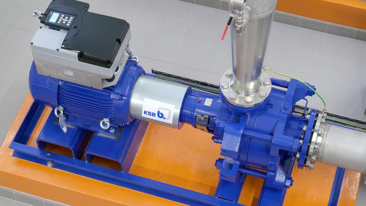 Pumpe, Rohre und Frequenzumrichter in der Maschinenhalle des Wasserwerks Groß Schönwalde
