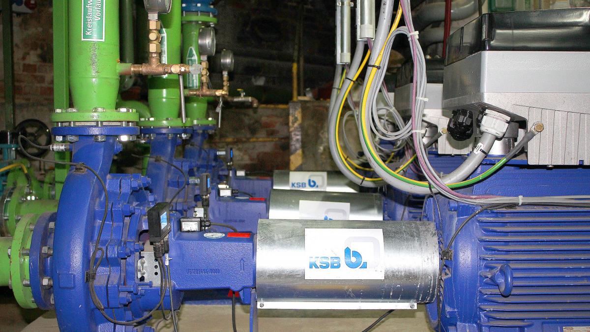 Pumpen, Rohre und Sensoren des Kühlsystems der ContiTech AG