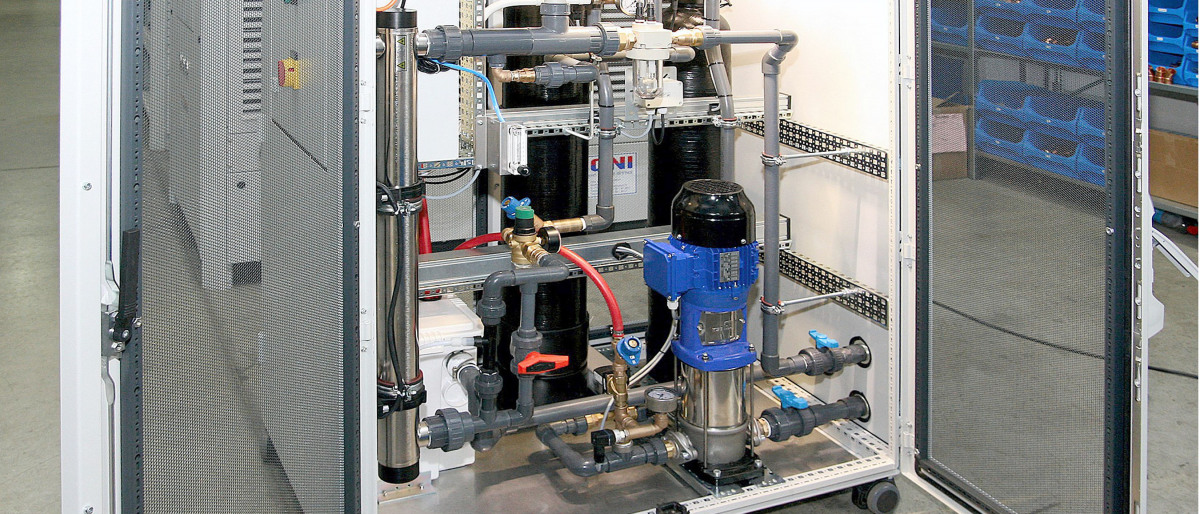 Geöffnete Filterspülstation ONI-AquaClean mit Verrohrung und KSB-Pumpe
