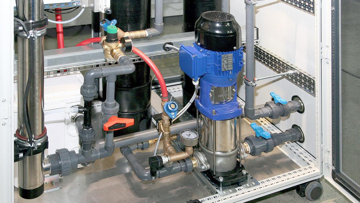 Die vertikal aufgestellte MovitecV-Pumpe in der geöffneten Filterspülstation