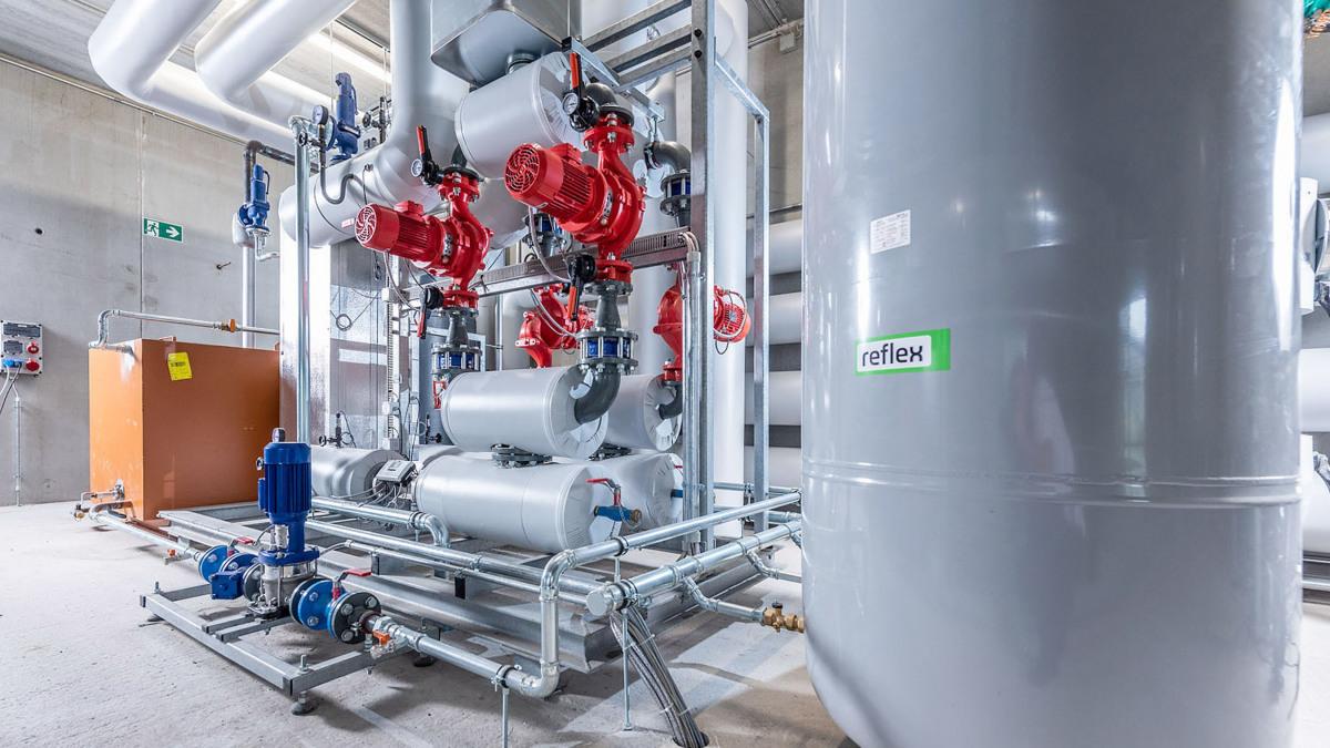 Pumpen, Rohre und Armaturen in der Übergabestation der thermischen Großsolaranlage Radolfzell