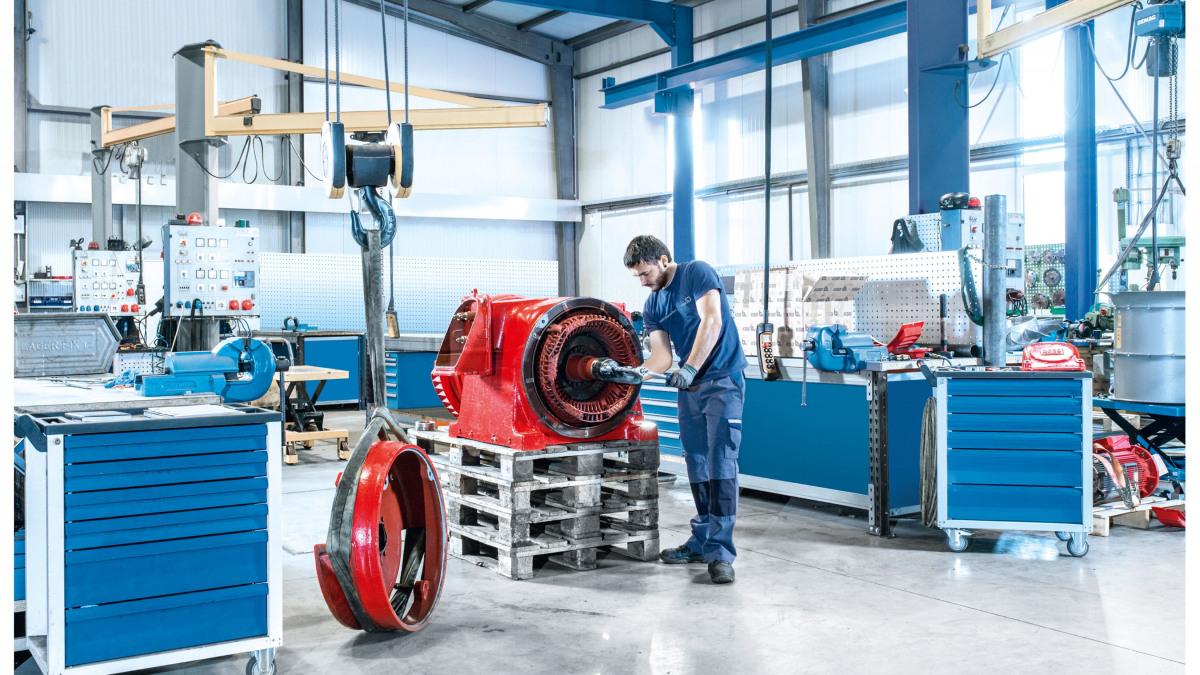 Serviserji podjetja KSB nameščajo motor v servisnem centru KSB