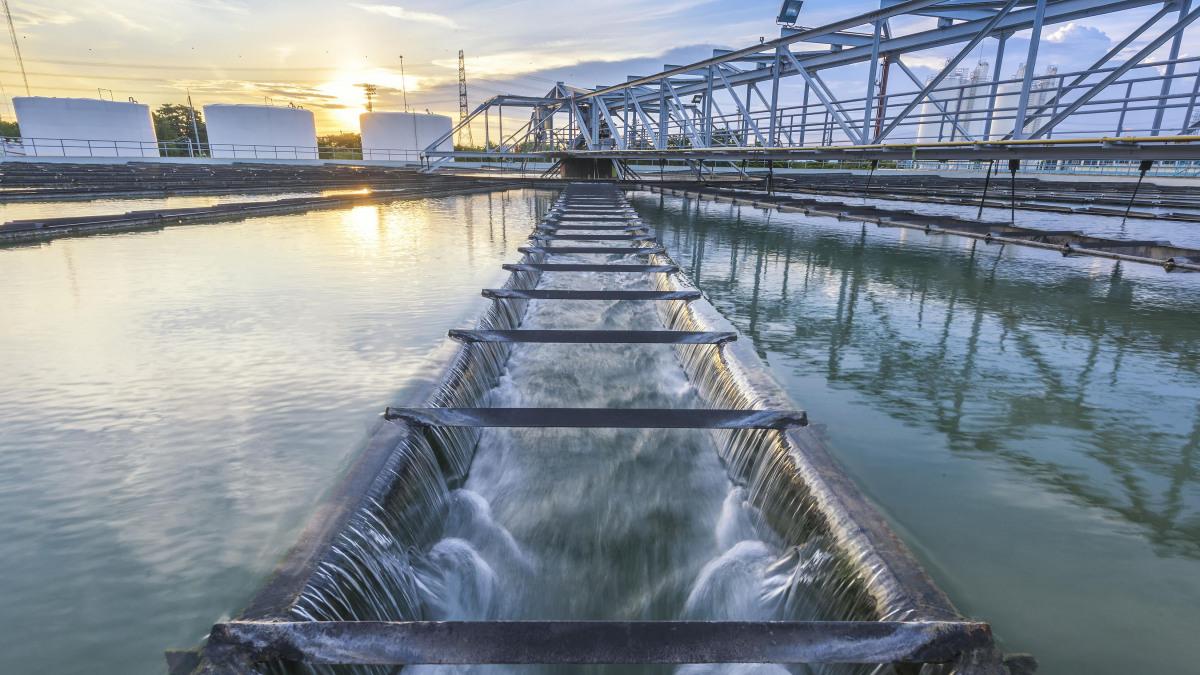 污水处理厂中的水池