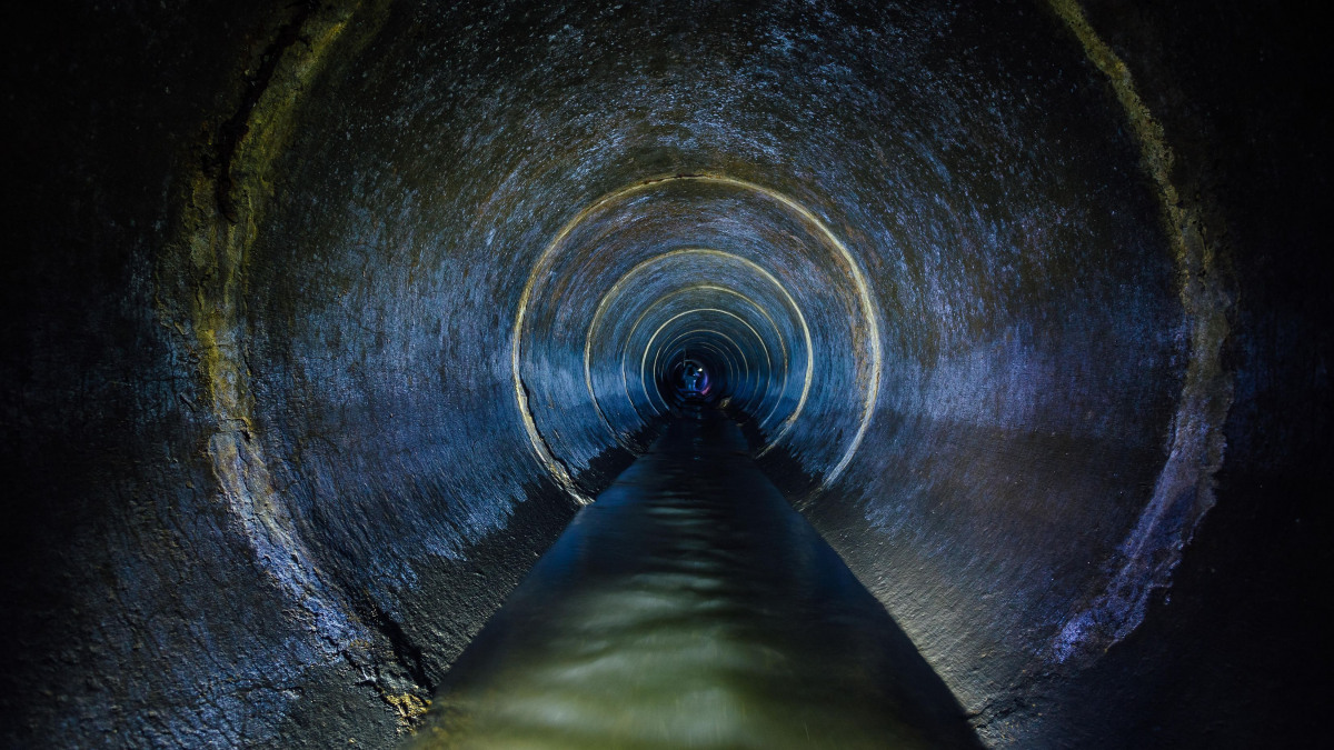 Canal de desagüe con aguas residuales