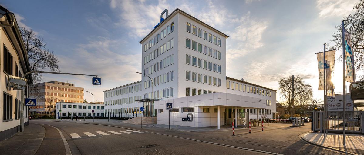 KSB Haupteingang mit Bürogebäuden