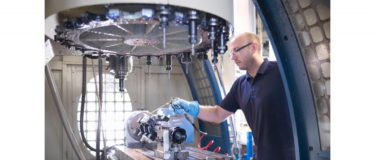 KSB darbuotojas apdoroja siurblį, skirtą mašinų gamybai