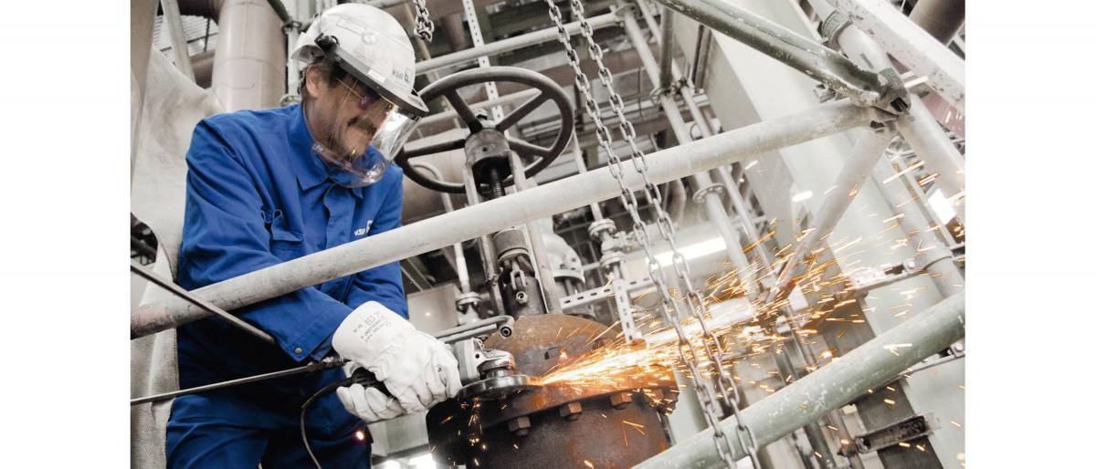 Technicien en soudage sur une valve