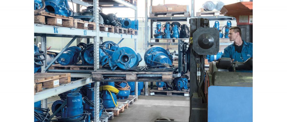 Employés dans un entrepôt de pompes