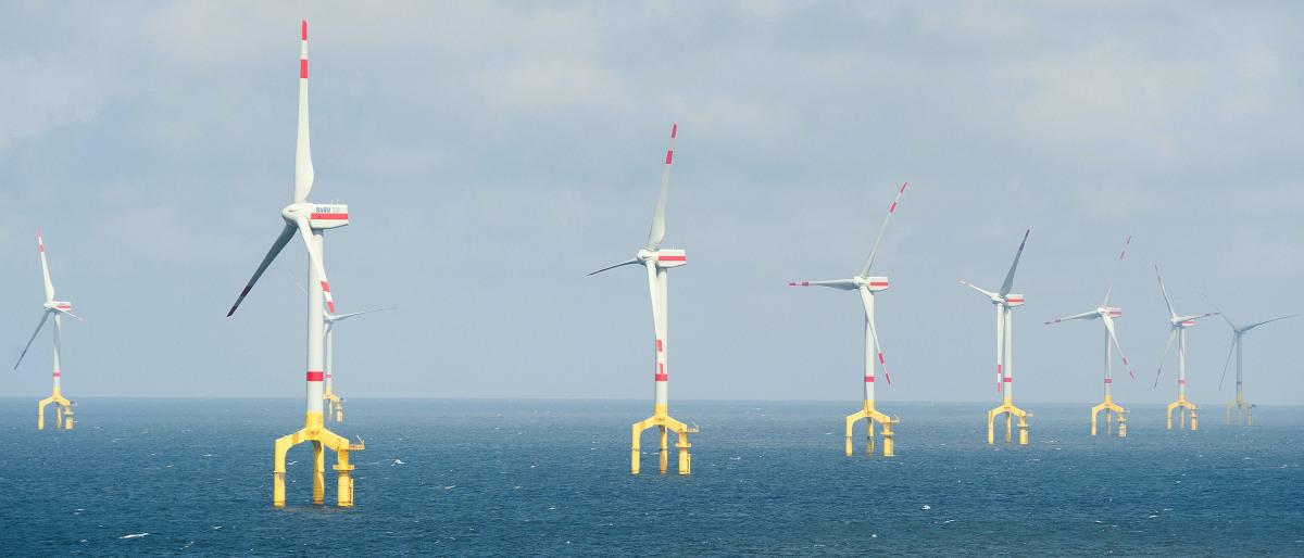 """Mehrere Windräder des Offshore-Windparks """"BARD-Offshore1"""" in der Nordsee"""