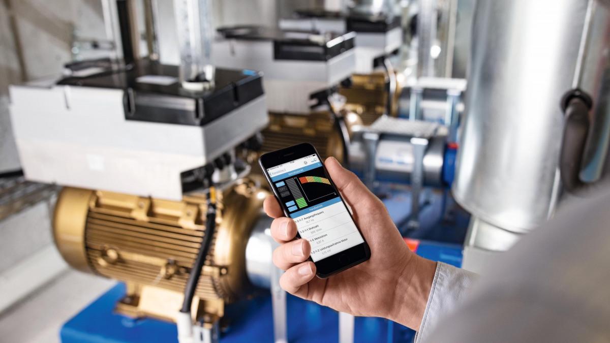 Display di cellulare con app KSB FlowManager davanti alla pompa configurata