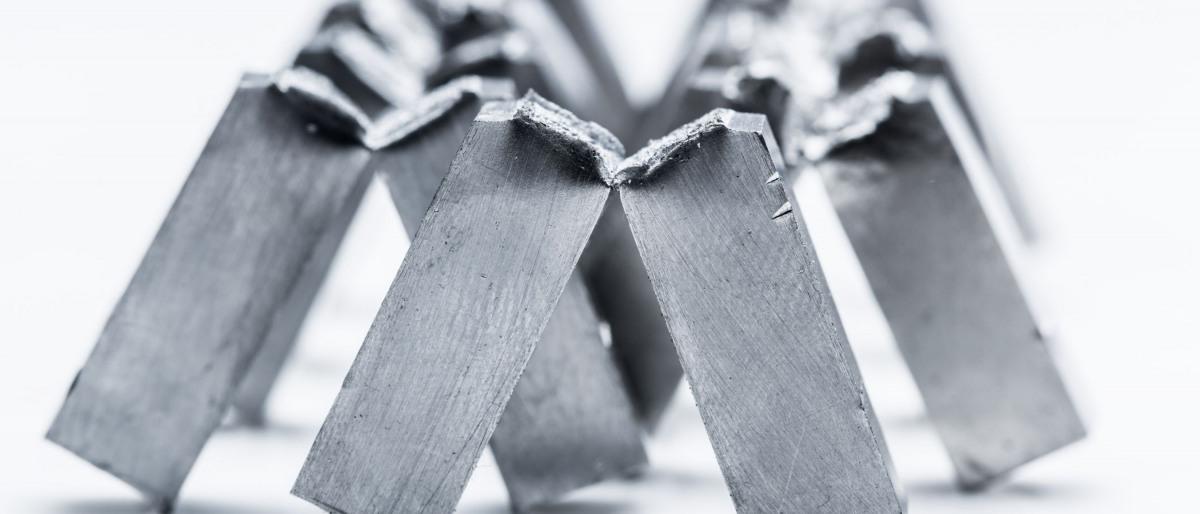 Proben aus Stahl nach der mechanisch-technologischen Werkstoffprüfung durch den sogenannten Kerbschlagbiegeversuch.