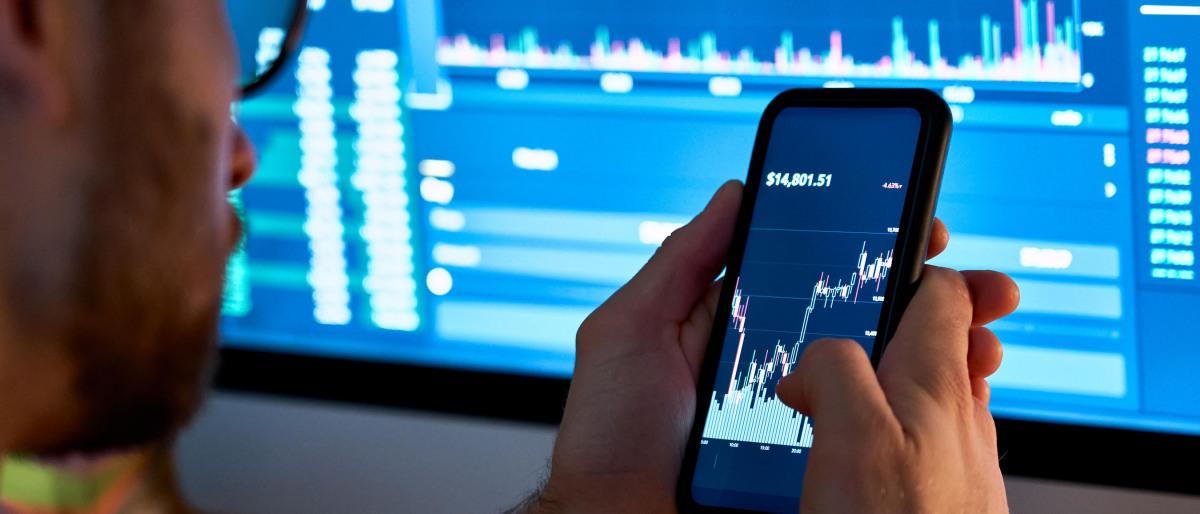 Ein Aktionär kontrolliert Aktienkurse am PC