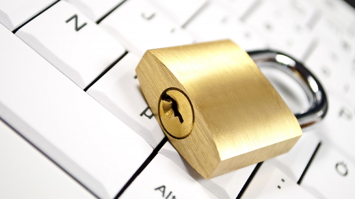 Symbolic representation of IT security: a padlock lying on a computer keyboard